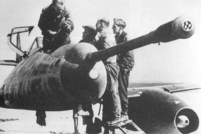 https://flic.kr/p/cF6pqA | Messerschmitt Me 262 A-1a/U4 « Pulkzerstörer » (5 cm Kanone MK 214 A) | Essai après capture par les Alliés d'un Me 262 Pulkzerstörer.  Courtesy fallschirmjager.tumblr.com