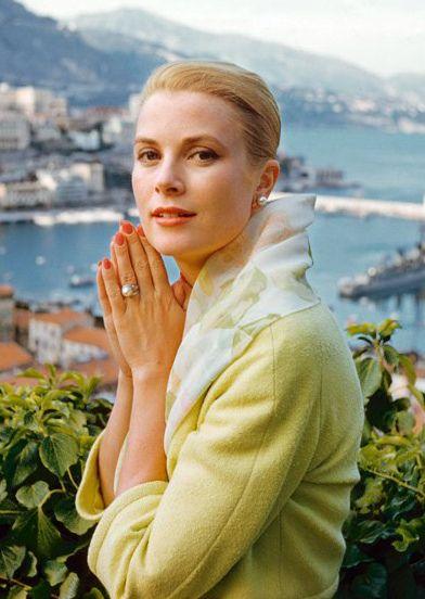 Grace Kelly con Mónaco como fondo