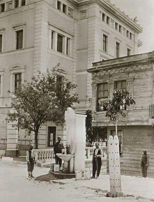 Taksim'de Alman Konsolosluğu önünde artık günümüzde olmayan Hamidiye Çeşmesi görülüyor…