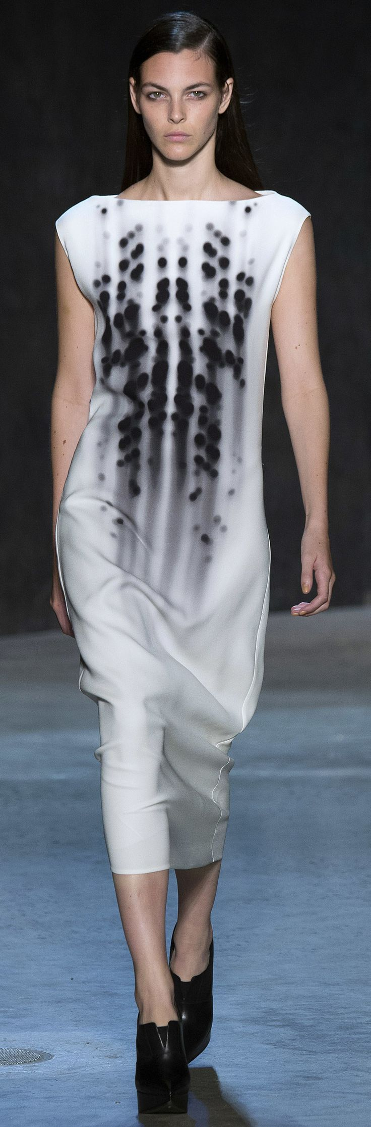 Narciso Rodriguez - Spring 2017 remarkable structure lines. fitted and full with 2 seams, crazy!