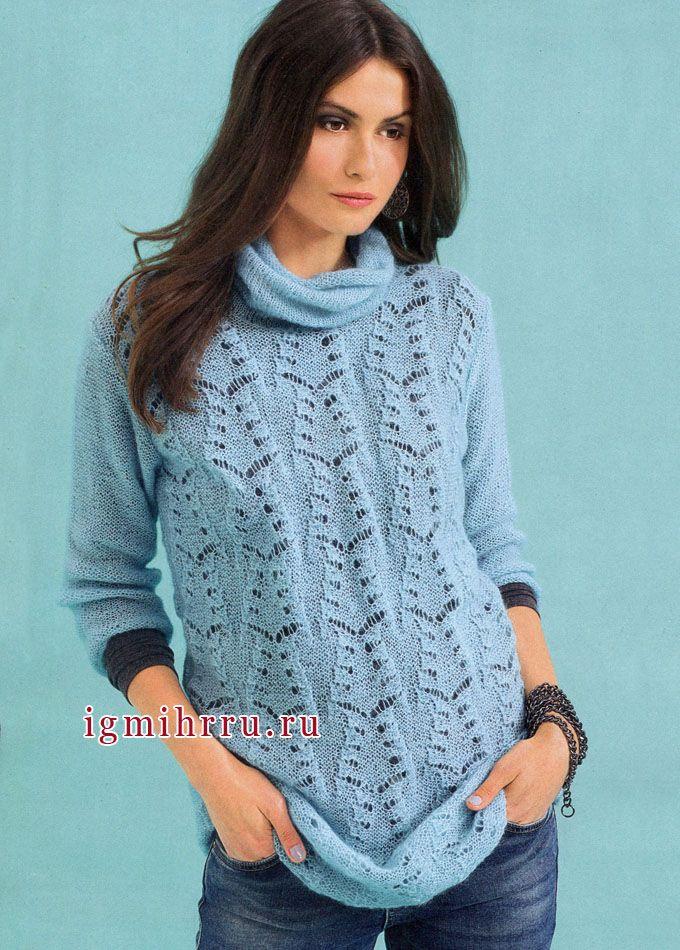 Удлиненный голубой пуловер с ажурным узором. Вязание спицами