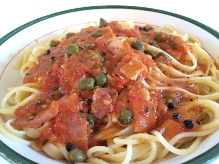 Μακαρονια με σαλτσα ντοματας με μπεικον, καπαρι, βασιλικο, ακοφτο πιπερι και λιγο σαγκρια! #recipe #spaghetti #greece