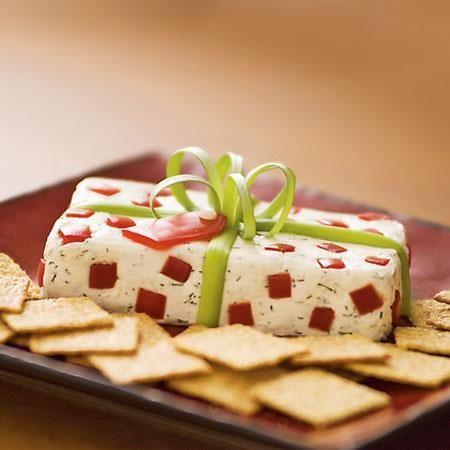 • Paquete de regalo Navideño  Ingredientes:  Mezclar 225gr de queso crema, 1/2 cucharadita de eneldo seco, 1/4 cucharadita de ajo en polvo y 1/2 cucharadita de sal.   Cuando tengan bien homogénea la mezcla, la colocan en un molde rectangular y la ponen en el refrigerador por lo menos durante 3 horas. Luego, solamente les queda decorar el regalito con cuadraditos de pimiento rojo y un arco de cebollín.