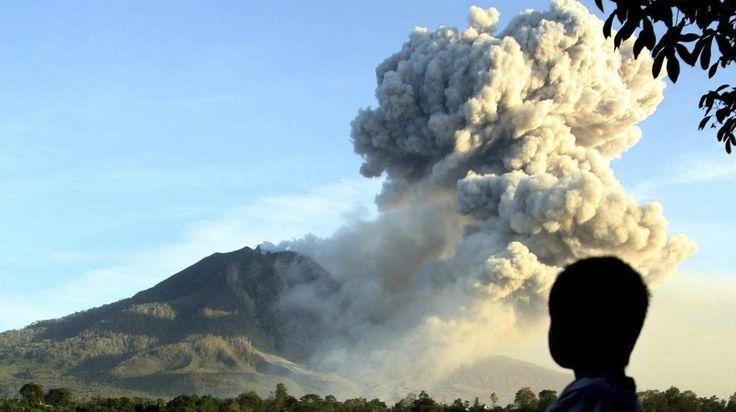 INDONESIA. El volcán Sinabung, que expulsa lava y cenizas volcánicas, en la localidad de Karo, Sumatra Norte. (EFE)