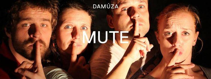 https://www.facebook.com/events/1024834297605881/ Představení pražského souboru Damúza s názvem MUTE smazává rozdíly mezi slyšícími a neslyšícími. Každý návštěvník se díky sluchátkům ponoří do světa znaků, do příběhu zbytečných slov a nezbytného ticha. MUTE vypráví o bariérách, předsudcích, ale také lásce a porozumění. Slyšící a neslyšící herci čerpají inspiraci z pohybového divadla v širším smyslu. Akcentují znakový jazyk jako svébytný projev neslyšících v České republice.