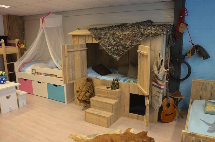 Stoere bedstee van geschuurd gebruikt steigerhout. Wie wilt er nu niet in een echte hut slapen.
