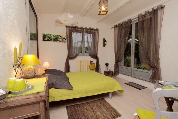La chambre d'hôtes Sable du Clos Saint Paul dispose de deux lits jumeaux ou d'un très grand lit double, d'une douche, et d'une terrasse sur le grand jardin