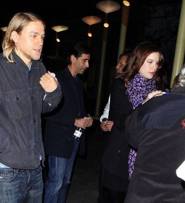 Outro dia mostrei fotos da Sienna Miller com suas scarfs Louis Vuitton. Hoje vi a Liv Tyler com uma igual. Toda de pretinho com a scarf de leopardo colorida, fez a diferença na produção, né?! O loirinho aí ao lado é o gatinho dela…