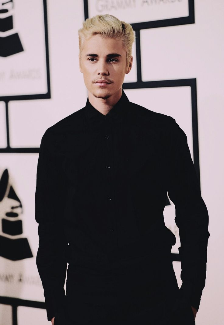 LOOKK to him, he is soo urggggg amazing, who he is and how he looks seriously?! I can't...