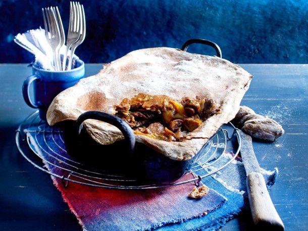 Rouladen-Zwiebel-Fleisch mit Bauernbrotkruste Rezept | LECKER