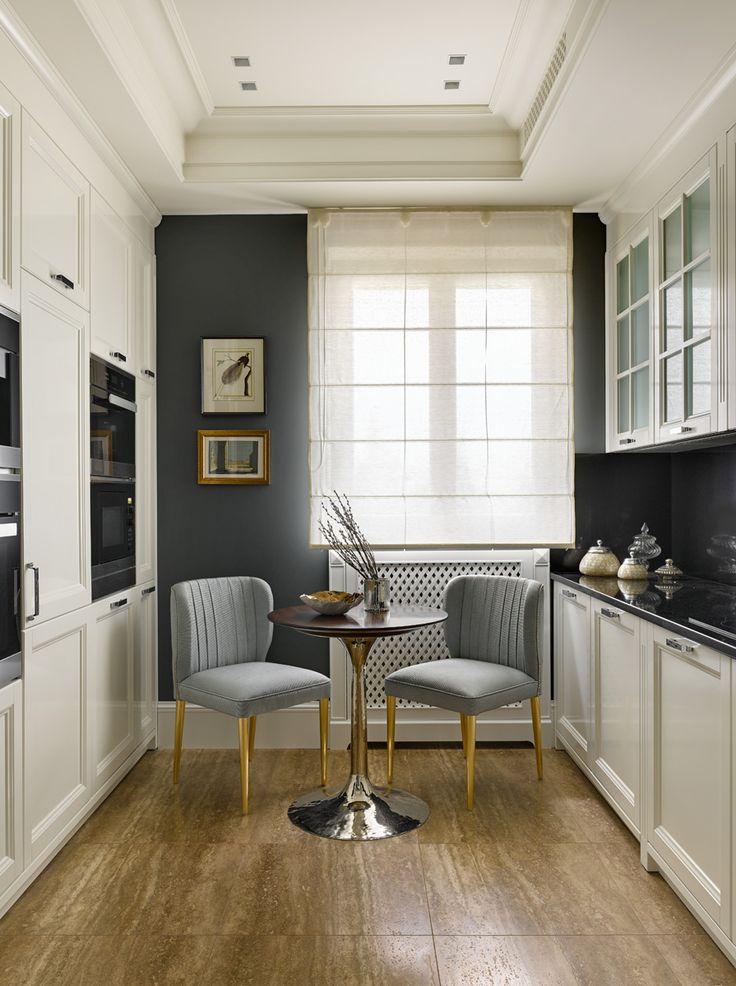 Kухня. Стол, Julian Chichester. Кресла, Brabbu, обивка от Dedar. Кухонные шкафы, Aurora Cucine. Пол выложен плитами из травертина.