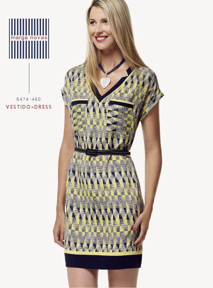 La combinación de amarillo y azul marino en estampado geométrico dan luz a este #vestido de original escote en pico y líneas rectas que seguro que será una de tus prendas de cabecera esta temporada. #marganovas