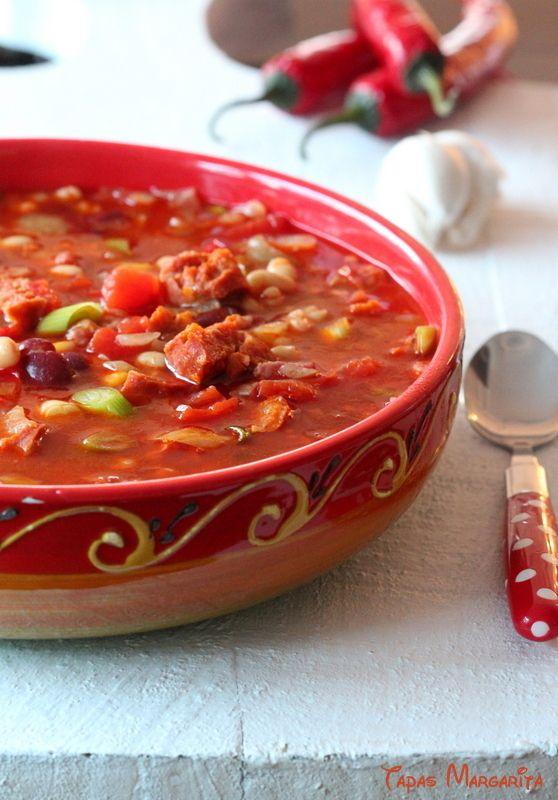 Spaanse bonensoep à la Margarita #soep  Ingrediënten: • 250 g chorizo (worst) in blokjes • 2 gesnipperde uien  • 150 g gerookte spekblokjes • 1 pot Mexicaanse bonenschotel van Hak • 1 blik witte bonen 800 g • 3 rundvleesbouillon tabletten • 1,5 liter kokend water  • 3 bosuien, gesneden  • 2 verse rode pepers  • 1 blik tomatenstukjes 400 g  • 3 knoflooktenen, geraspt  • 1 tl Pimentón de la Vera (gerookt paprikapoeder) • scheut olijfolie  • zout en peper