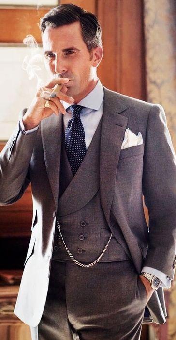 葉巻が似合うクールな着こなし。 40代アラフォー男性におすすめのスーツジャケットコーデ。
