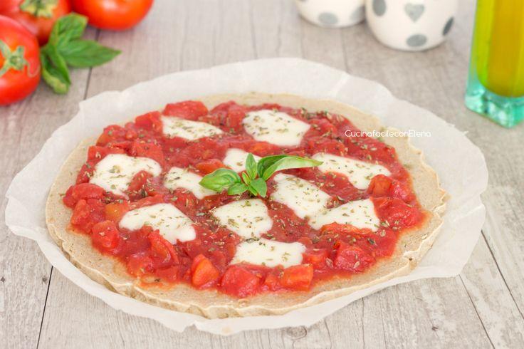La pizza di quinoa è una ricetta deliziosa che si prepara in pochi minuti, è leggera, nutriente e saporita, facilissima da realizzare!