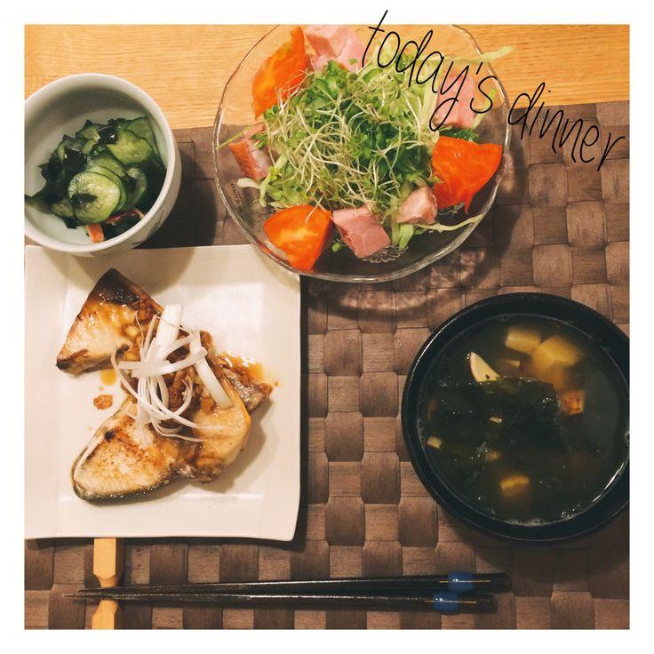 9/28 旦那さん晩ご飯。今日はご飯抜きでヘルシー!笑 #ぶりの香味ソースステーキ #松茸のお吸い物 #タコときゅうりとワカメの酢の物 #サラダ