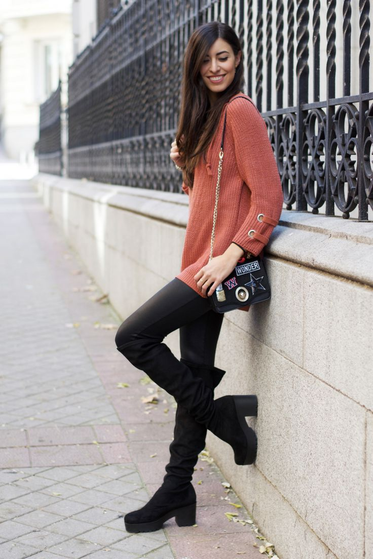 midilema.com | Back to the routine | Claudia Peris is wearing orange lace up front sweater, black leather pants, black over the knee platform boots, and small bag with patches. // Claudia Peris lleva jersey con cordones en el escote, jersey naranja, pantalones de cuero negros, botas por encima de la rodilla con plataforma y de color negro, bolso pequeño con parches.
