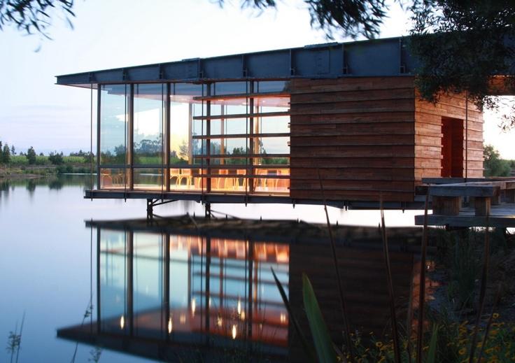 Sala de Degustación sobre el agua. Talca, Chile / Claro Arquitectos