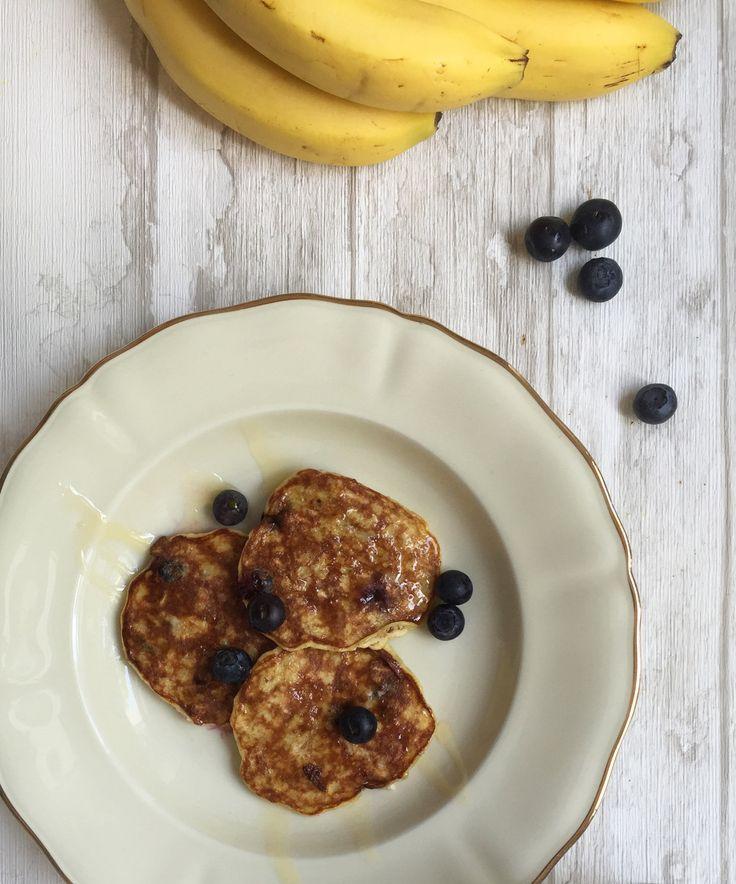 Gesundes Frühstück: Bananen-Pancakes mit Honig und Blaubeeren