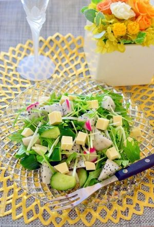 「おもてなしに♪ドラゴンフルーツとチーズのサラダ」ドラゴンフルーツは、バナナの65倍の食物繊維が含まれているそうです。それに、ビタミンや鉄分等、美容や健康に嬉しいフルーツです。チーズを加えて、お洒落な一品に♪【楽天レシピ】