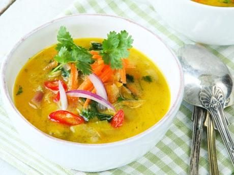 Den lena linssoppan blir thailändsk med fisksås, lime och koriander.