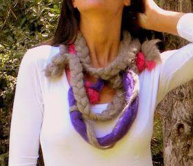 Bufanda sinfin de pura lana de oveja en colores combinados con adorno de pompones.  Colores: Fucsia, violeta y gris....