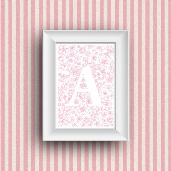 Decoración de cuarto de niños. Idea de regalo, niños dormitorio decoración de la pared con monograma de encargo nombre ilustración. Dibujo flores