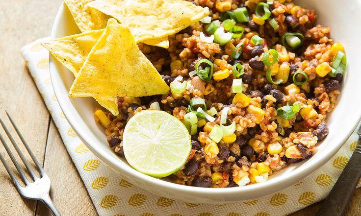 Had ik al gezegd dat deze Mexicaanse bulgurschotel ook errug smakelijk is? Smeuïg, goed gevuld met bulgur, zwarte bonen en mais, pittig en toch fris door de limoen