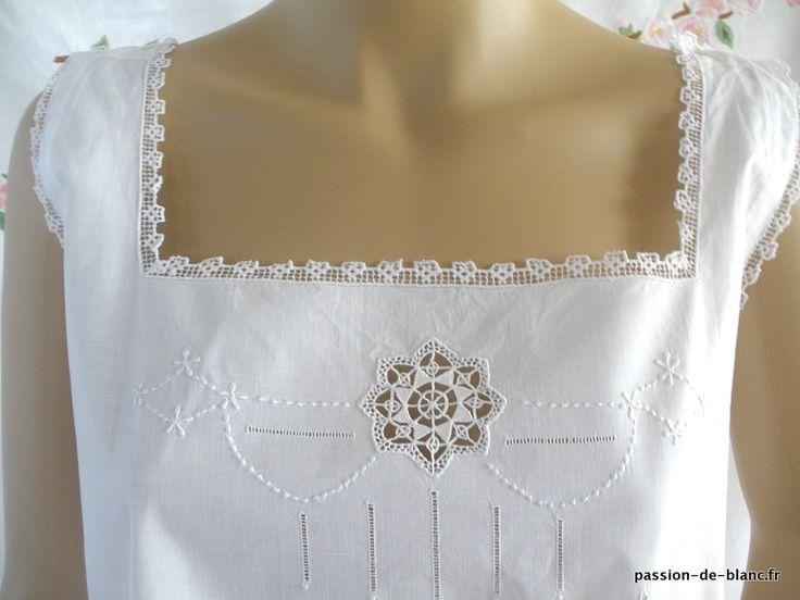 LINGE ANCIEN/ Jolie chemise de jour avec fine broderie et dentelle au filet rebrodé