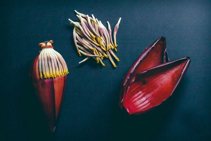 Comum na culinária do Sudeste Asiático, flores de banana (também conhecidas como o umbigo da banana) são flores marrons ou arroxeadas em forma de gotas, penduradas no final dos cachos de banana. Elas podem ser comidas cruas ou cozidas, e são usadas principalmente em saladas, molhos ou sopas. A flor de banana é um excelente […]