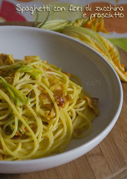 Spaghetti con fiori di zucchina e prosciutto