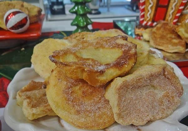 Ingredientes:  1 pão de rabanada ou 5 pães franceses; 500 ml de leite; 1 lata de leite condensado; 2 ovos batidos; açúcar com canela misturados a gosto.    Modo de
