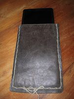 Zelf een hoes voor je tablet maken van een oude, leren tas