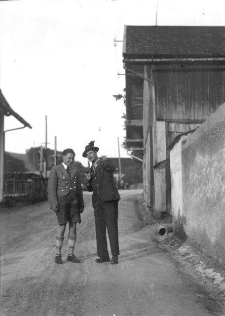 Beim int. Gaisbergrennen, Salzburg 1932  Die beiden Motorradrennfahrer Karl Bohmann (li.) und Josef Schoerg nach dem Rennen schon in ziviler Kleidung !!   Bild: Arthur Fenzlau tech.Museum Wien