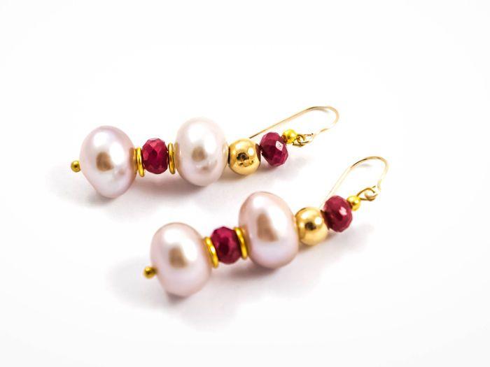 14KT gouden oorbellen met robijnen en pearls 38 mm lang  Een eenvoudige en klassieke stijl deze oorbellen zijn zeker te voegen elegantie toe aan elke outfit. Elk ingesteld met twee parels in zilverkleurige-roze kleur en twee robijnen ca. 1 karaat van violet rode kleur.Hallmark: 14KTMetaal: 14 kt geel goudOorbellen lengte (per stuk incl. earwire):  3.8 cmGewicht:  53 g.Ruby: 4 stk 3.95 ctw (ca. 1 karaat elke) violet rode kleur semi-opaque roundelles  5-6 mm MyanmarParels: 4 St…