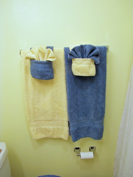 Hanging Decorative Towels In Bathroom. Decorative Folds Using Washcloth And Hand Towel