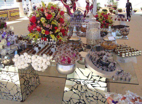 Decorar mesa de dulces para boda mesas de bocadillos for Boda en un jardin