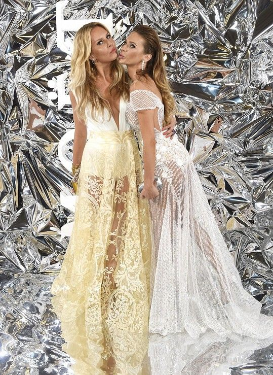 Se Simonou Krainovou oblékly šaty od stejné návrhářky.