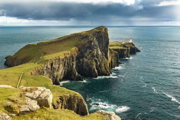 1. Остров Скай, Шотландия Скай е несравнимо красив остров, намиращ се край западния бряг на Шотландия. Можете да посетите колоритния град Портри, където да хапнете риба и чипс, да пийнете превъзходно уиски и да разгледате замъка Дънвеган.