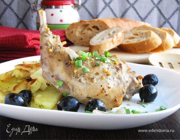 Кролик в кефирном маринаде. Чтобы сделать мясо кролика более мягким и убрать специфический запах, приготовьте ароматный маринад из кефира, репчатого лука и приправы для шашлыка. Выложите мясо на маринованный лук и добавьте маслины. Запекайте в духовке около часа. Очень аппетитное блюдо к обеду. #готовимдома #едимдома #кулинария #домашняяеда #кролик #кефирный #маринад #мясное #блюдо #обед #аппетитно #вкусно