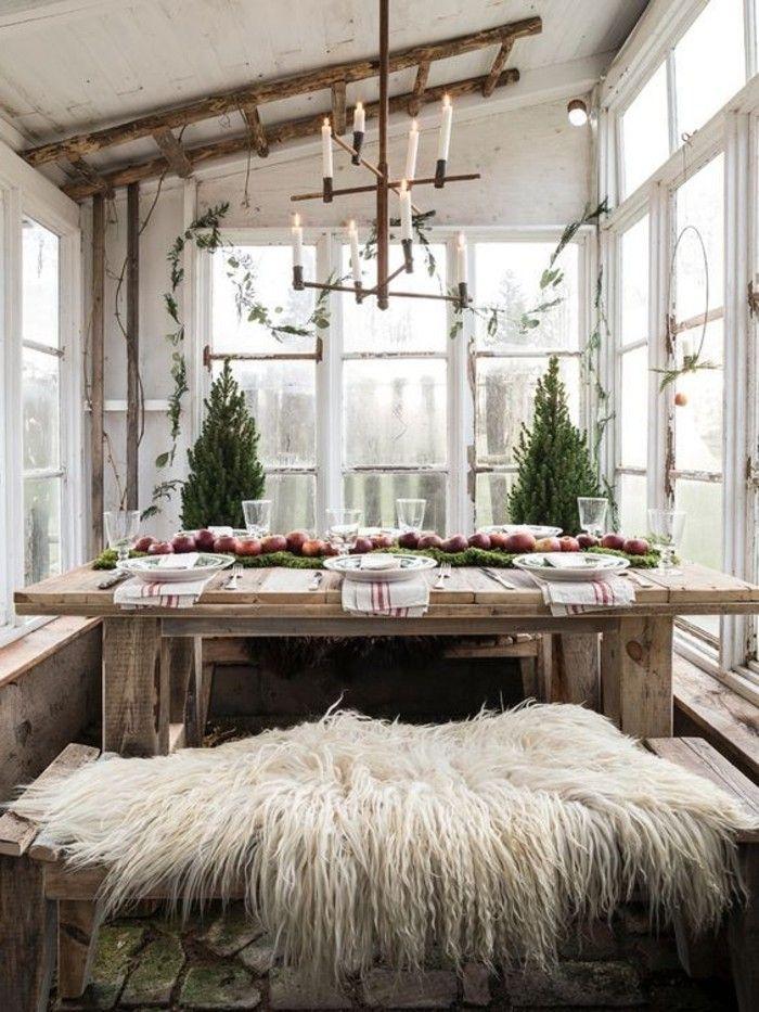 mesa de madera candelero con velas habitacion de madera en blanco casas nordicas