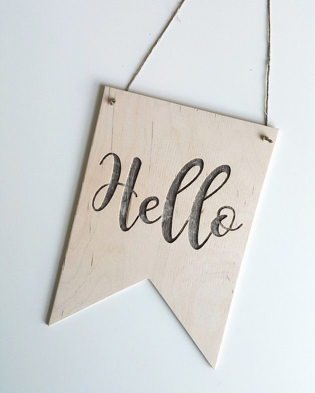 Drewniany proporczyk Hello  Wykonany ze sklejki z drzew liściastych o grubości 4 mm.  Szerokość 14 cm, wysokość 20 cm.  Kolor naturalny, drewniany; napis grawerowany (wycinany frezarką, nie jest to...