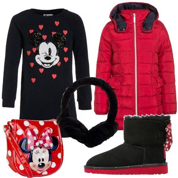 D'ispirazione Disney questo outfit spiritoso che terrà al caldo le vostre bambine in una passeggiata invernale. Vestito in cotone invernale nero con stampa. Piumino imbottito con cappuccio e particolare sulle tasche. Stivaletti bassi rigorosamente imbottiti con fiocco rosso a pois applicato sul retro. Paraorecchie in pelliccia sintetica e borsa a tracolla in plastica.