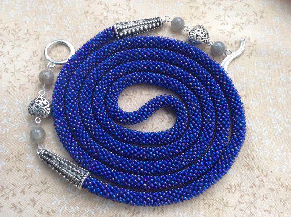 Длинное ожерелье (лариат, жгут, трансформер) из синего радужного чешского бисера, связанное крючком