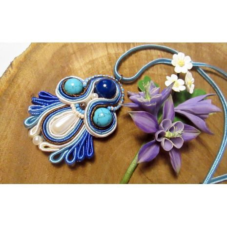 This bright pendant in the shape of the flower will complement your outfit. The pendant used natural stones: agate and turquoise blue. It is believed that agate gives courage, calmness, promotes longevity, developing the subtlety of feelings, attracts success.