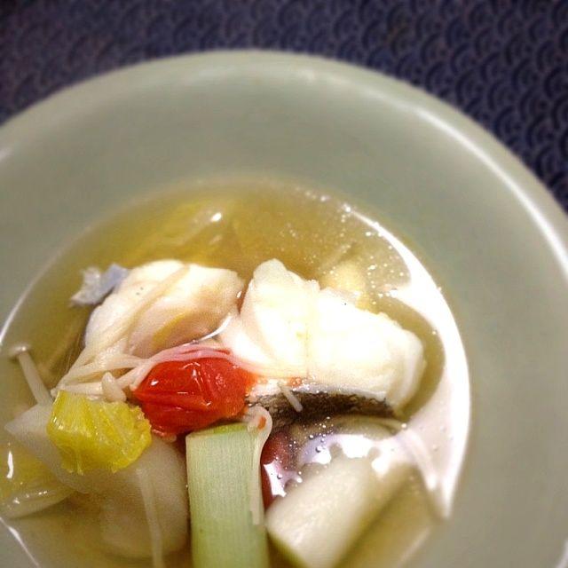 またも鍋風スープ。 - 1件のもぐもぐ - 鱈スープ。白菜、カブ、えのき茸、長ネギ、プチトマトをコンソメで。 by blackPenguin55
