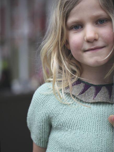 Opskrift på vendestrikket baby krave af Hanne Meedom & Sofie Meedom