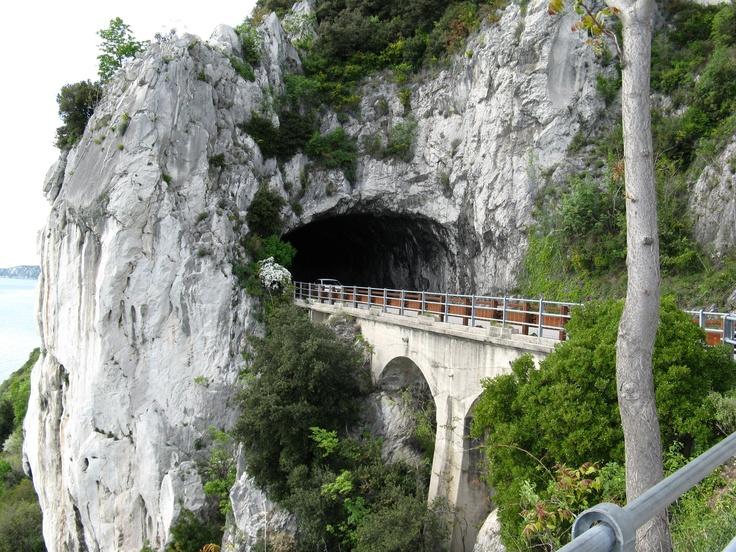 la galleria naturale sulla strada Costiera - Trieste