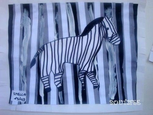 Cà y est, c'est parti pour les animaux d'Afrique. Mes élèves ont fait ce zèbre au mois de septembre de cette année. Découpage de bandes de papier blanc et collage sur canson noir, en laissant de l'espace entre les bandes. Traits verticaux à la peinture...
