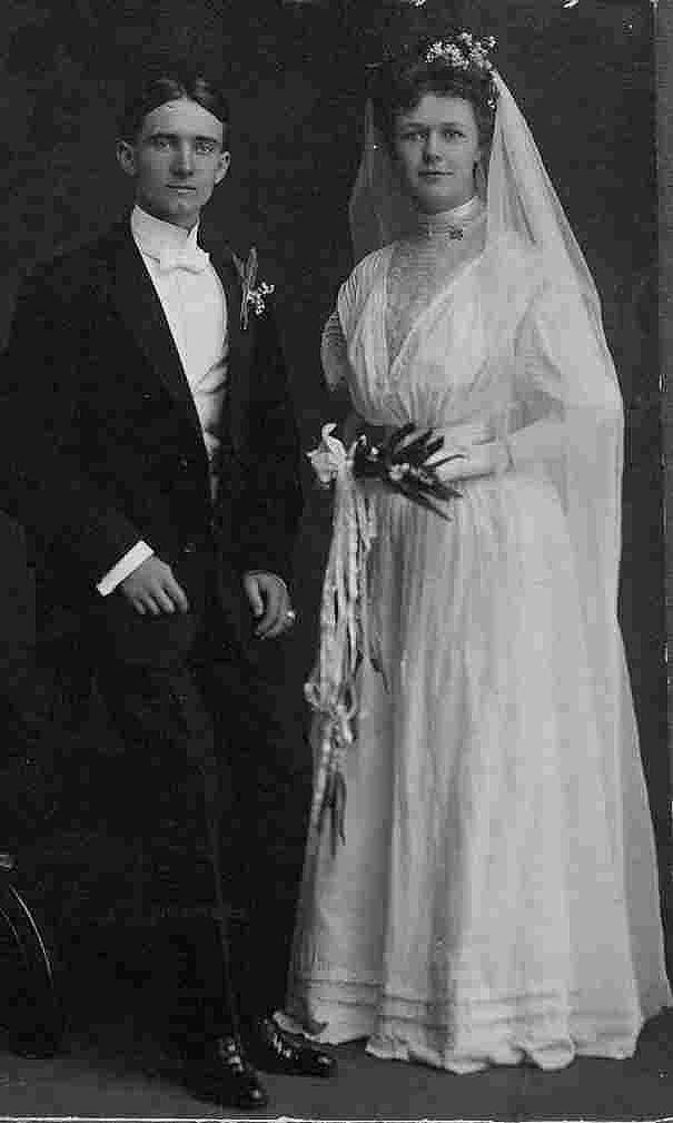 Wedding of  photo of Lois Delander, Miss America 1927, and Ralph Lang, stockbroker.